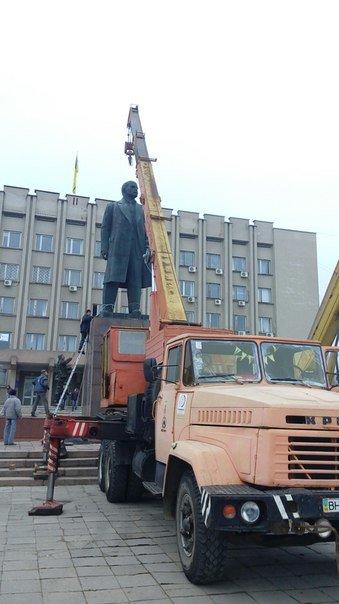 caf32a97d36d546e80bfd0aa827c68dc В Измаиле Одесской области сегодня утром сносят Ленина