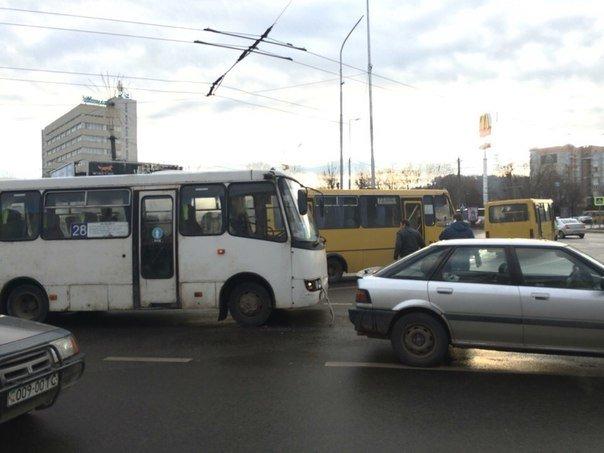 У Львові автомобіль зіштовхнувся із автобусом (ФОТО) (фото) - фото 1