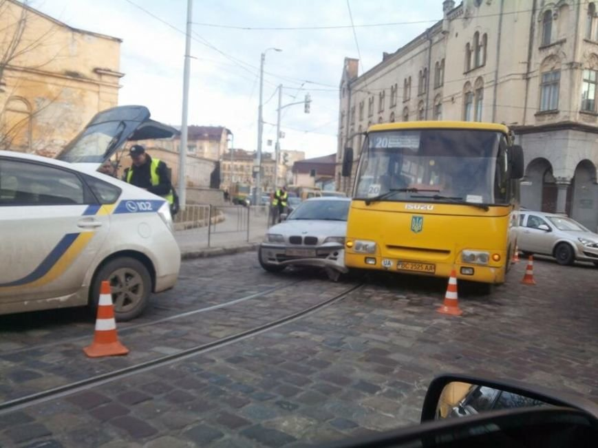 На вулиці Городоцькій водій маршрутки підрізав