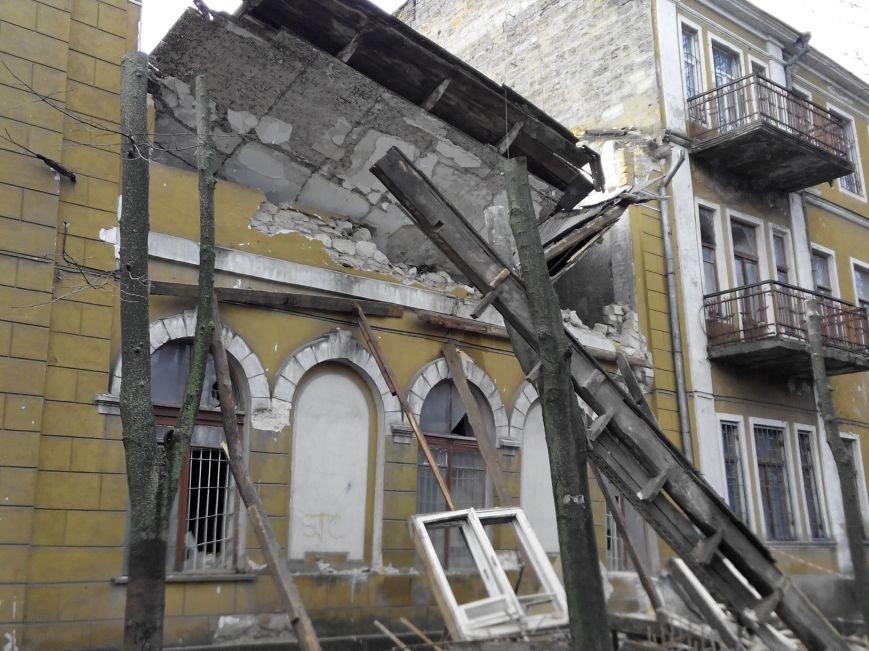 В центре Николаева рухнула часть спотшколы по фехтованию (фото) - фото 1