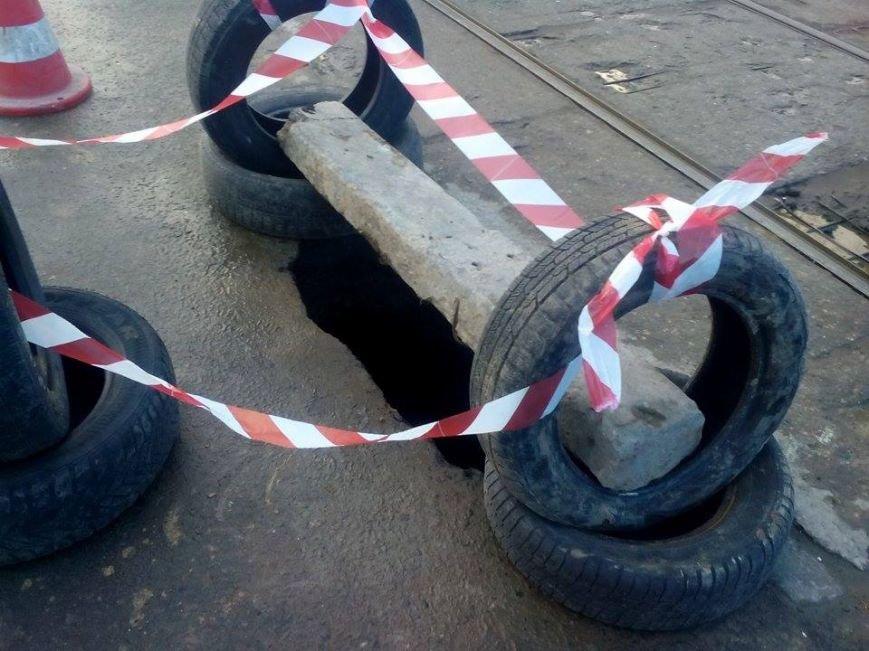 f2cd8be6e6ab998e9ebdcae805a48906 Пропасть под колесами: Одесситы ездят над 4-метровой ямой, прикрытой асфальтом