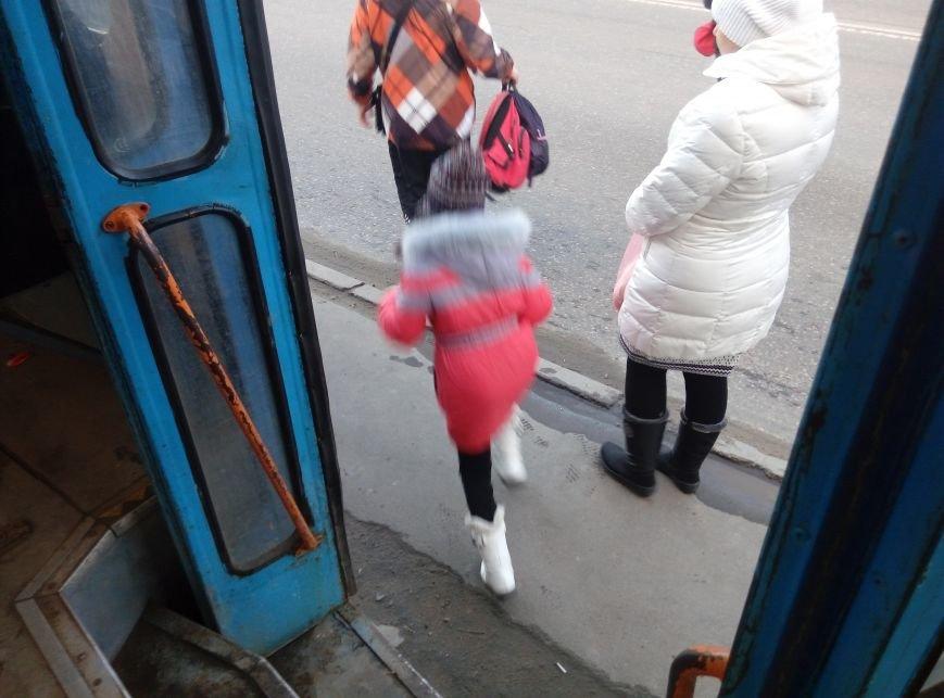 Экстремальная остановка: на месте, где трехлетнему малышу трамвай отрезал ноги, до сих пор рискуют одесситы (ФОТО) (фото) - фото 1