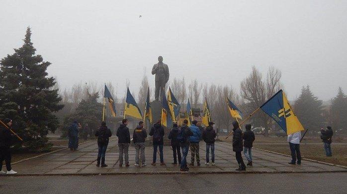 В Запорожской области сносят очередного Ленина, - ФОТО (фото) - фото 1
