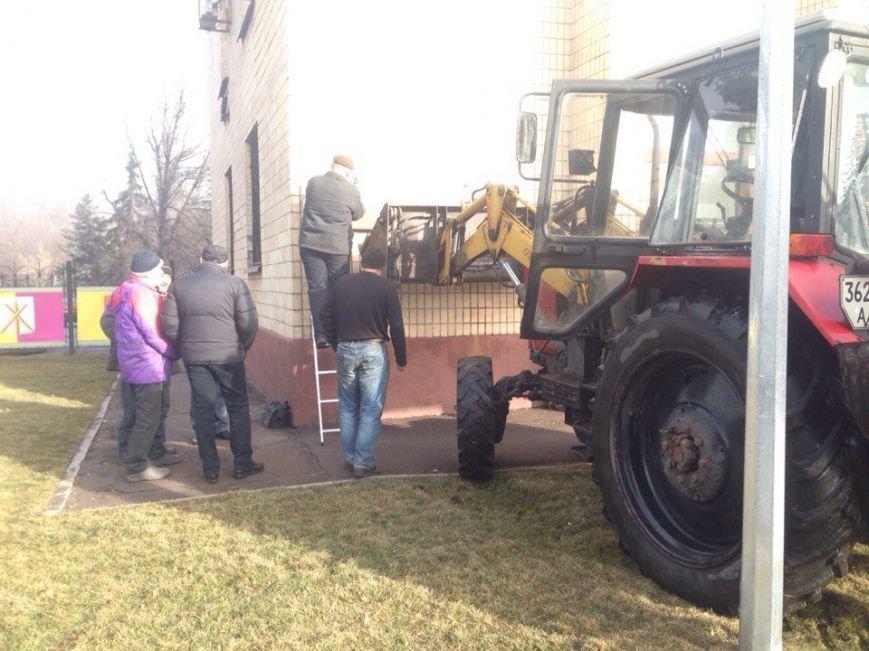 В здании Днепродзержинского горсовета началась декоммунизация (фото) - фото 3