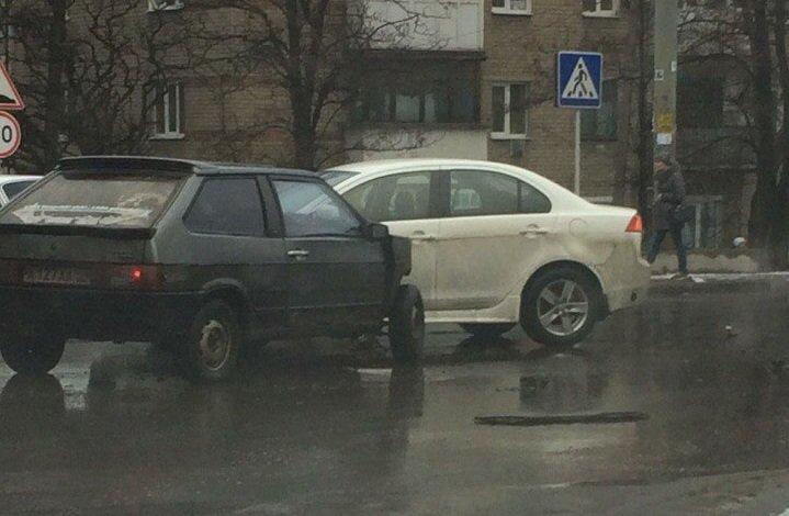 ДТП в Донецке: столкнулись три автомобиля, есть пострадавшие (фото) - фото 1