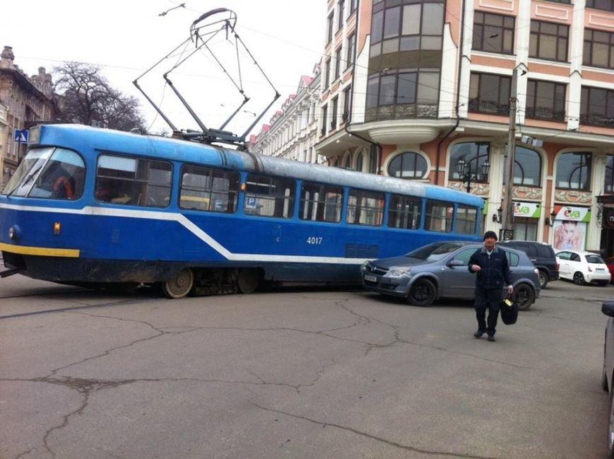 8f8d342d59e1e70ca079b0970df770af В Одессе водитель хотел прошмыгнуть перед трамваем, а не удалось