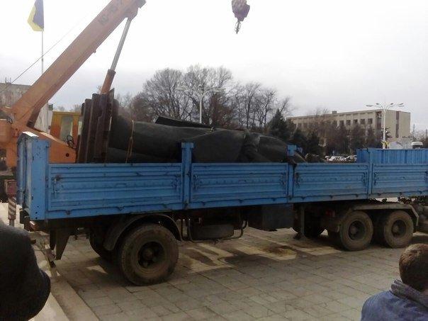 0cab5516bde746f6ad86c53fb9ce9667 Отвезли на покой: Как в Измаиле сносили крупнейший в области памятник Ленину