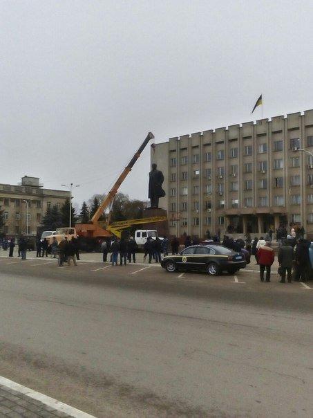 4c432d1e35ad6adbf989be95d2ef301e Отвезли на покой: Как в Измаиле сносили крупнейший в области памятник Ленину