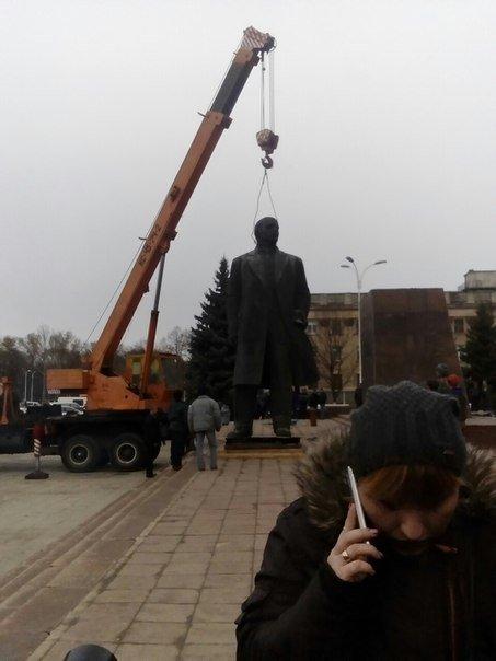 Отвезли на покой: Как в Измаиле сносили крупнейший в области памятник Ленину (ФОТО) (фото) - фото 1