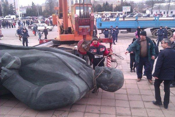 a26c45b1b760f63f8e4df4f7f8c8dce3 Отвезли на покой: Как в Измаиле сносили крупнейший в области памятник Ленину