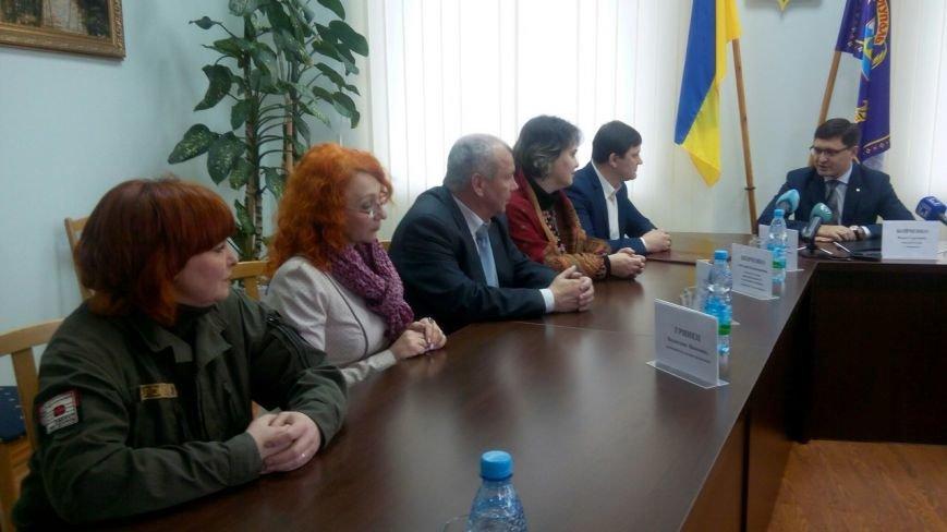 В Мариуполе гости из Переяслова-Хмельницкого угостили Бойченко сметаной и подарили вышиванку (ФОТО+ВИДЕО) (фото) - фото 1