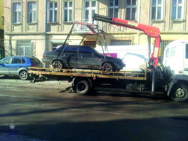 У Львові евакуювали автомобіль, який перешкоджав руху трамваїв (ФОТОФАКТ) (фото) - фото 1