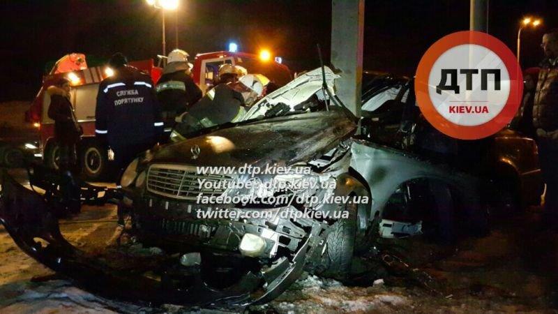 """На Набережном шоссе """"Мерседес"""" врезался в столб, водителя извлекали 40 минут (ФОТО), фото-2"""