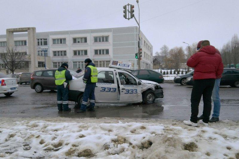 В Белгороде на Харгоре столкнулись две иномарки (ВИДЕО) (фото) - фото 2