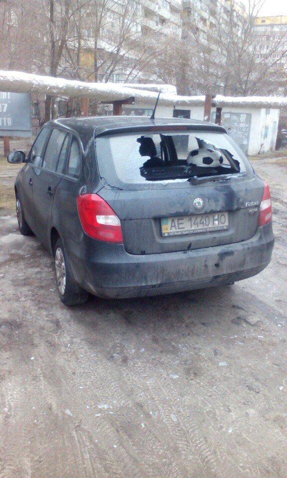 Полицейской Toyota и Skoda разбили стекло, еще у одной машины сняли колеса (фото) - фото 2