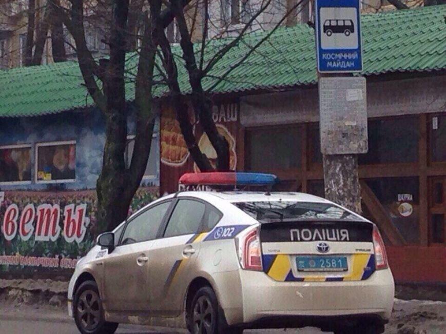 Полицейской Toyota и Skoda разбили стекло, еще у одной машины сняли колеса (фото) - фото 1