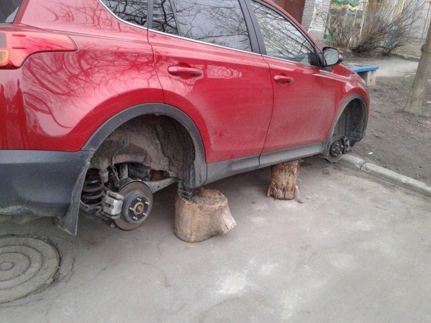 Полицейской Toyota и Skoda разбили стекло, еще у одной машины сняли колеса (фото) - фото 4
