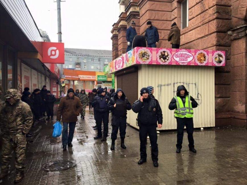 В Днепропетровске возле Ж\Д вокзала уже сносят МАФы: фотографии (фото) - фото 2