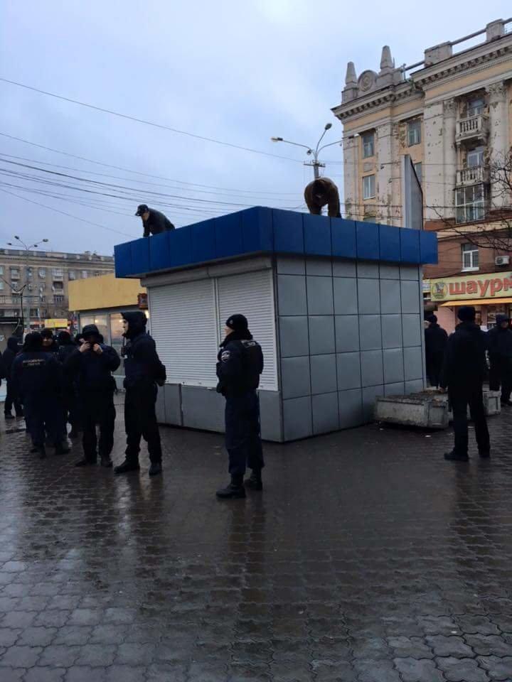 В Днепропетровске возле Ж\Д вокзала уже сносят МАФы: фотографии (фото) - фото 3