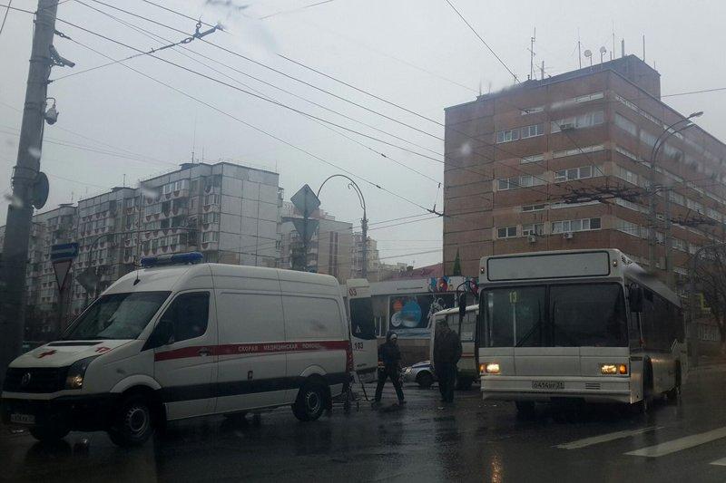 В Белгороде столкнулись два автобуса, есть пострадавшие (фото) - фото 1