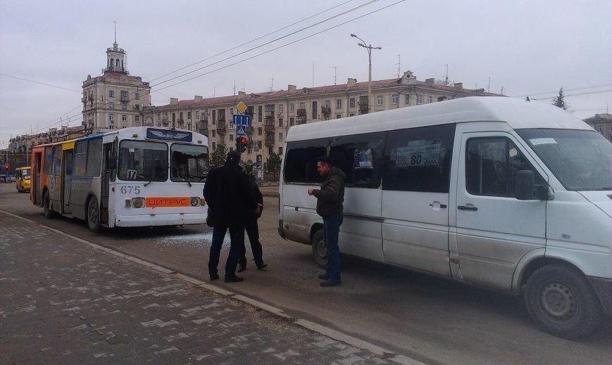 В центре Запорожья троллейбус врезался в маршрутку, - ФОТО (фото) - фото 1