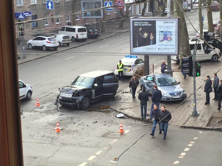 38ecebbb7ea925e2d4cfc36071d8360d Масштабное столкновение в центре Одессы двух элитных иномарок