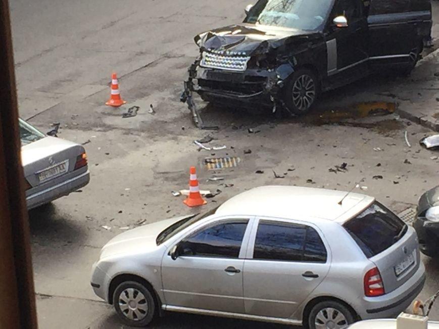 ec17a9c98b80bf84f0bfac709cb3861a Масштабное столкновение в центре Одессы двух элитных иномарок