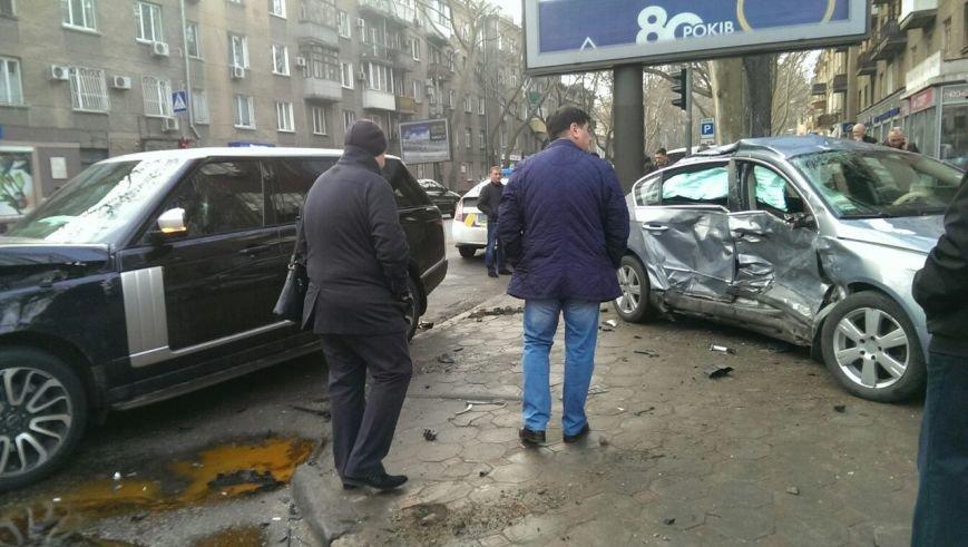 Масштабное столкновение в центре Одессы двух элитных иномарок (ФОТО) (фото) - фото 2