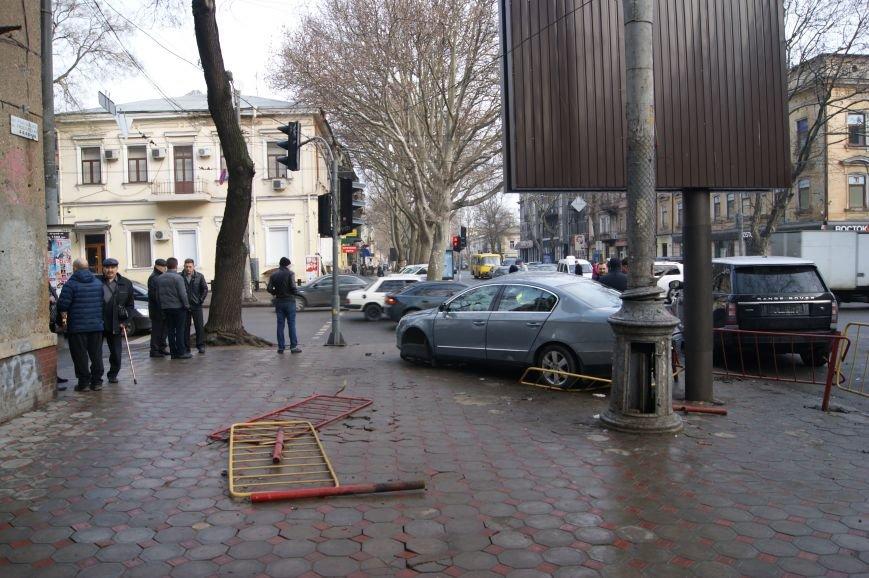 8f9dd3ee3334264ff1bf2b67c7cdd1c9 Range Rover в центре Одессы вылетел на тротуар: пешеходы не пострадали