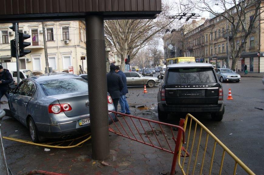 baf1174f3f8a3ce9855df681ab29deb1 Range Rover в центре Одессы вылетел на тротуар: пешеходы не пострадали