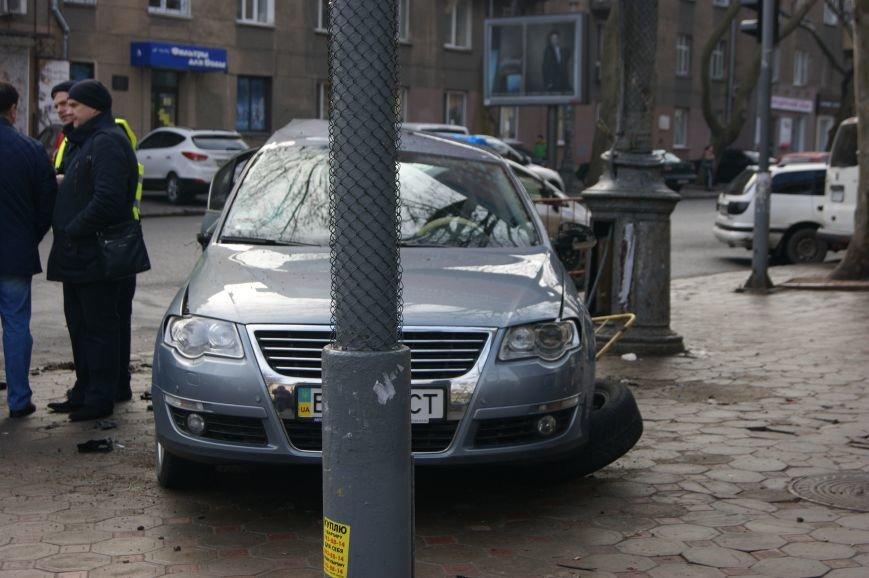 f27fa67f15b7ec4cc16a3f42239b6306 Range Rover в центре Одессы вылетел на тротуар: пешеходы не пострадали