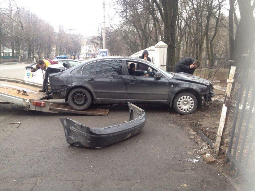 ДТП на проспекте Гагарина: Skoda врезалась в ограждение ДНУ (фото) - фото 1