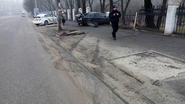 ДТП на проспекте Гагарина: Skoda врезалась в ограждение общежития ДНУ, фото-4