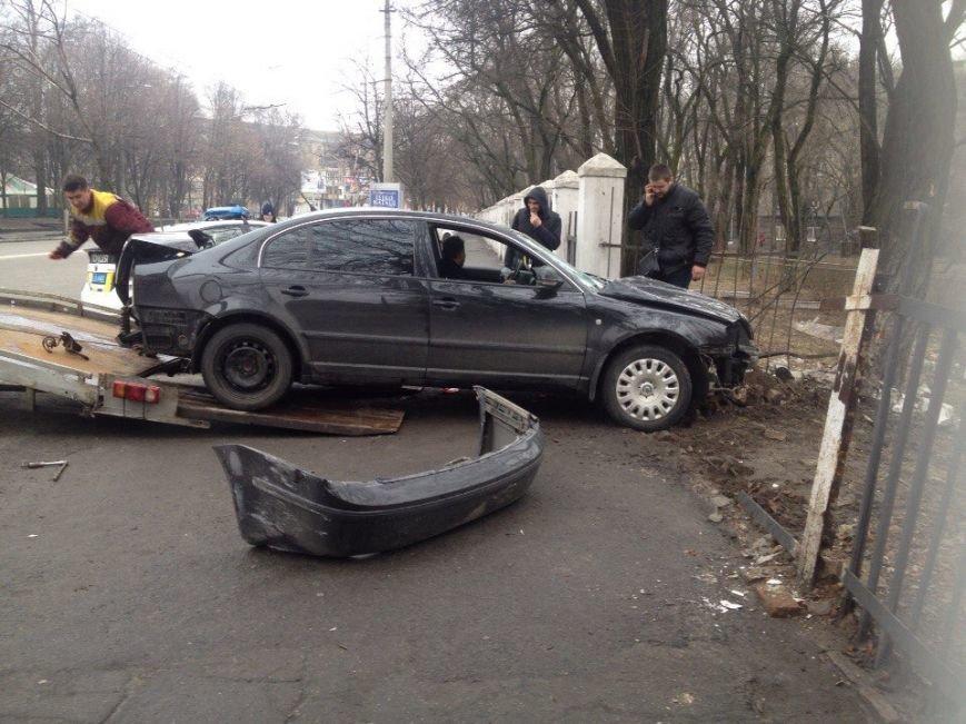 ДТП на проспекте Гагарина: Skoda врезалась в ограждение ДНУ (фото) - фото 3