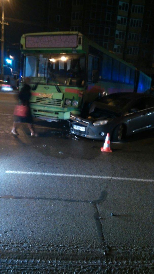 На Набережной Победы автобус перегородил 4 полосы (ФОТО) (фото) - фото 3