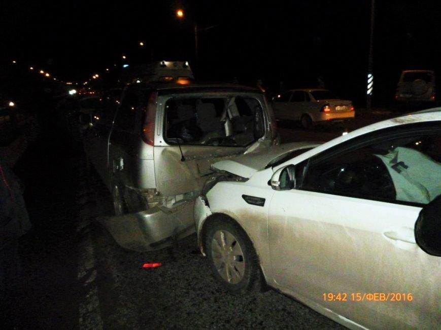 Три машины столкнулись под Ростовом-на-Дону, два человека в больницу (фото) - фото 1