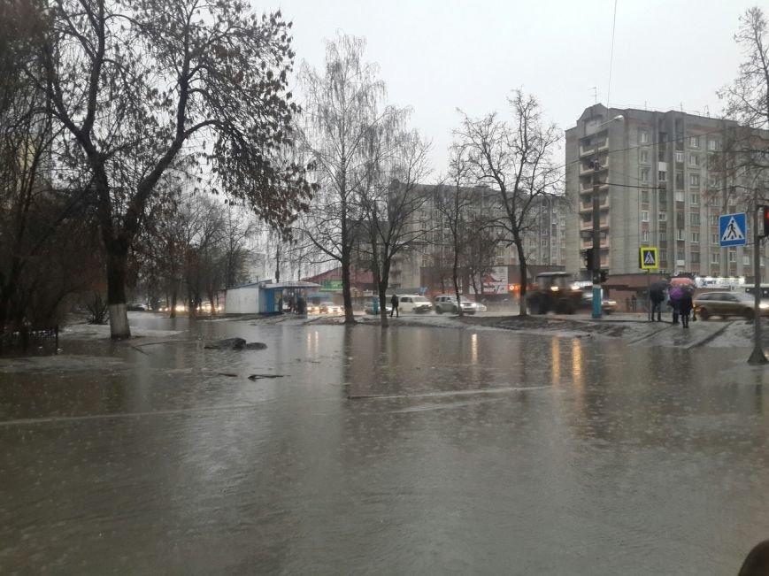 Улицы Брянска превратились в озера из-за дождя (фото) - фото 1