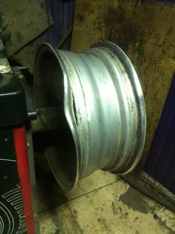efc455c6691baaa95e6645c22fd294ec Одессит требует от властей компенсацию за разбитую в яме машину
