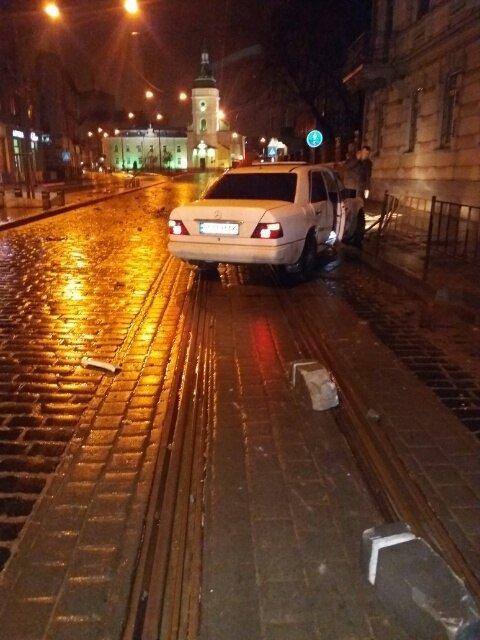 Вночі у центрі Львова автомобіль зруйнував два дерева та в'їхав у турнікет (ФОТО), фото-1