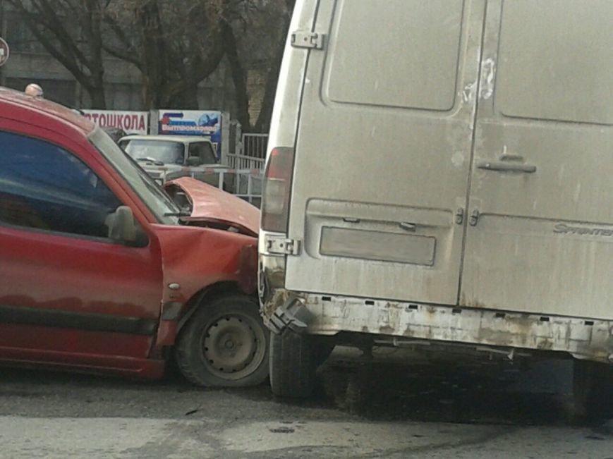 В Кривом Роге маневр микробуса завершился столкновением с