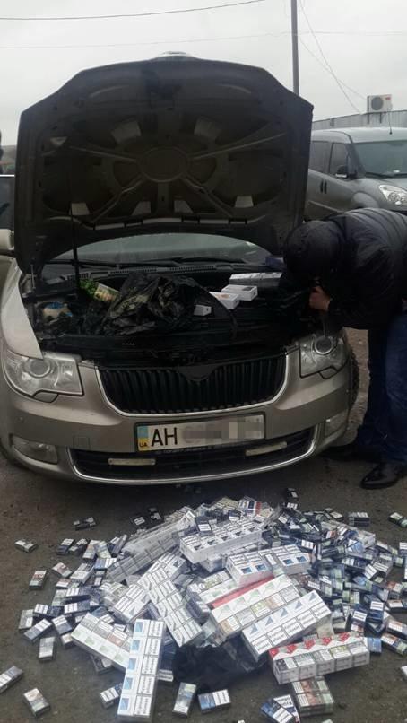 Под Мариуполем обнаружены в авто незаконные телефоны и сигареты (ФОТО) (фото) - фото 1