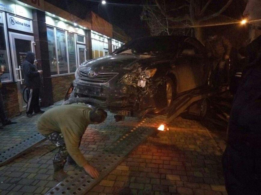 c6cc34e831294d3c18d95af07759623c Полиция подтвердила: Из-за ямы на дороге одесситка на иномарке врезалась в магазин