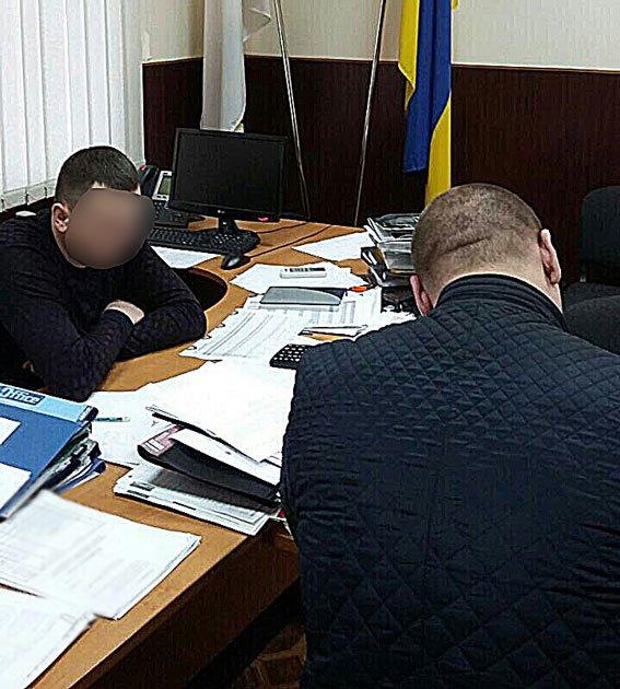 В Запорожье задержали налоговика, которого подозревают во взятках на общую сумму в 400 тысяч гривен (фото) - фото 1