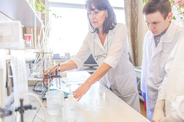 Уроки химии для старшеклассников Полевского проводят заводские специалисты (фото) (фото) - фото 1