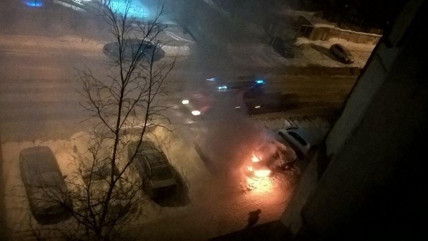 Ночью на улице Пермской загорелся автомобиль (фото) - фото 2