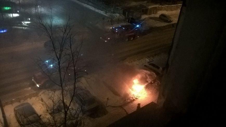 Ночью на улице Пермской загорелся автомобиль (фото) - фото 1