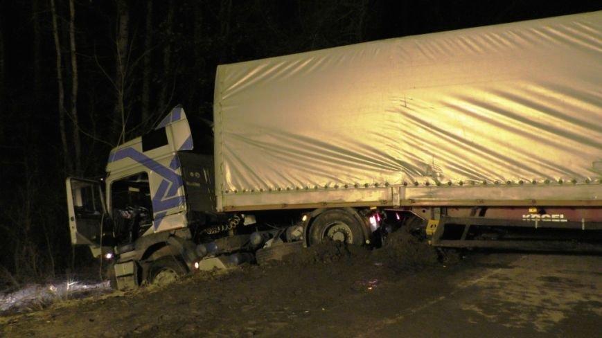Под Черниговом в кювет угодил очередной грузовик (фото) - фото 1