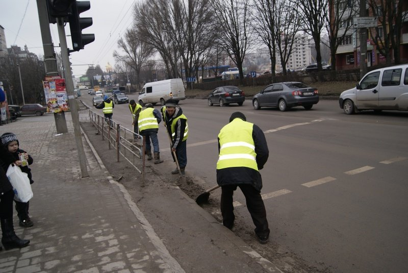 У Тернополі комунальники влаштували генеральне прибирання міста (фото) (фото) - фото 1
