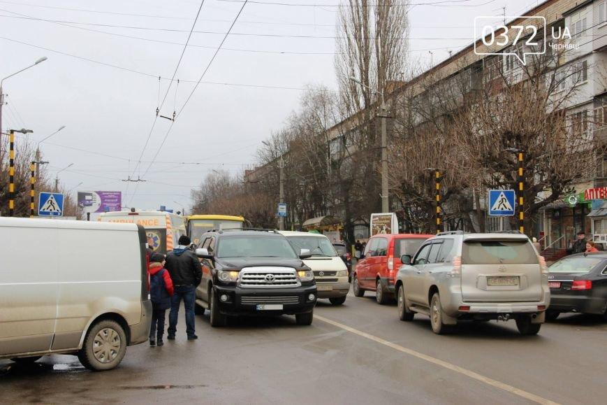 """У Чернівцях по вулиці Комарова автомобіль """"Toyota"""" збив жінку, фото-1"""