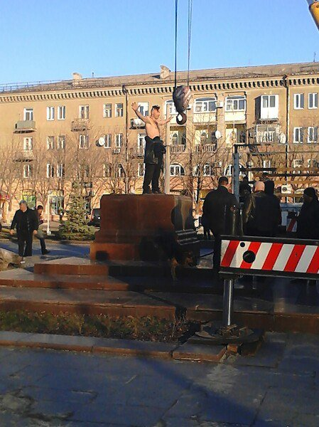 В Днепродзержинске на Майдане Героев демонтировали постамент памятника Ленину (фото) - фото 2